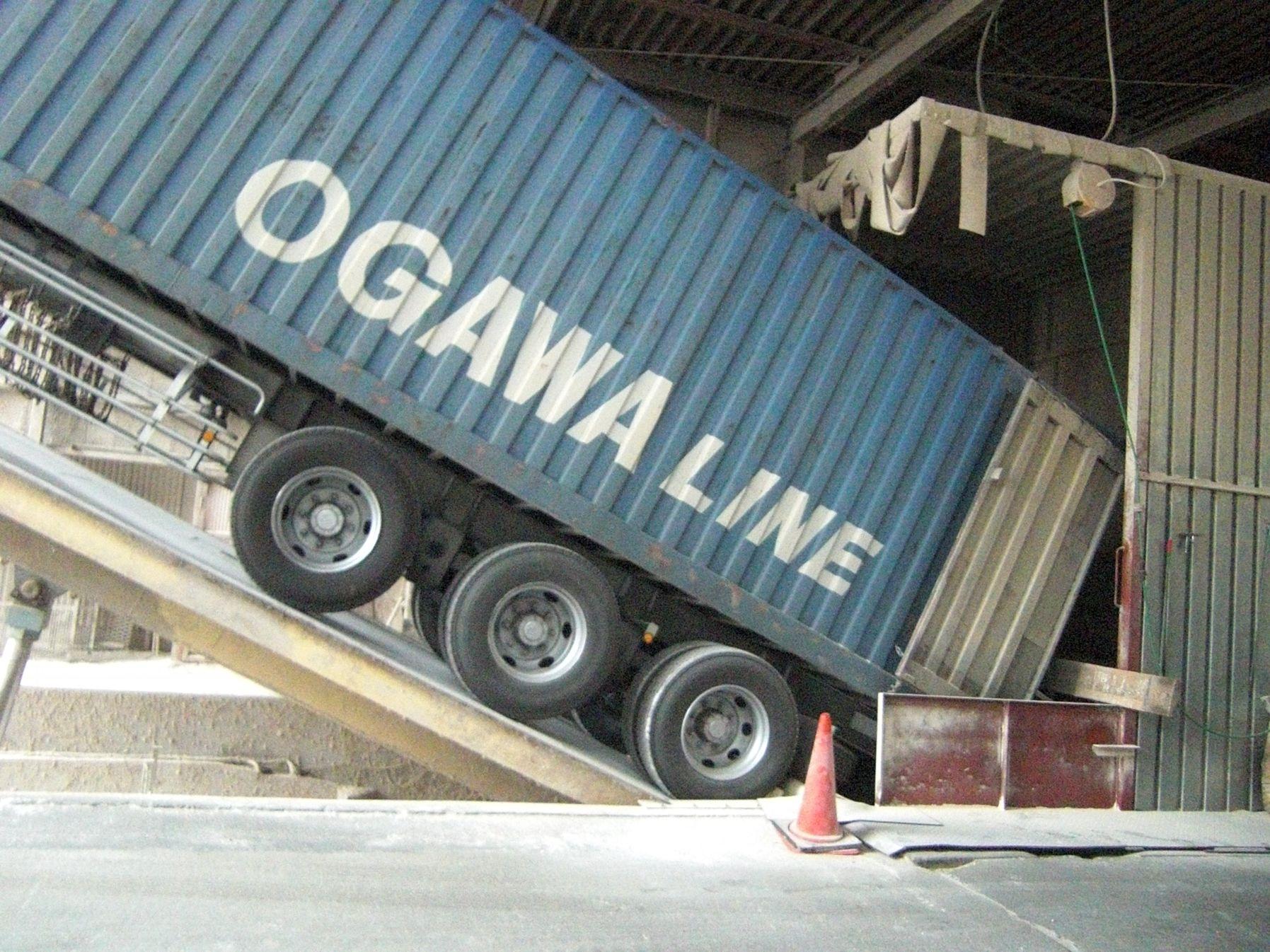 原料 卸 トレーラー